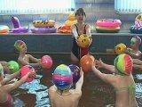 Аквааэробика исправляет осанку малышей. Видео