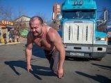 В честь дня рождения Ильи Муромца владивостокский богатырь протащил 17-тонный грузовик. Фоторепортаж. Видео