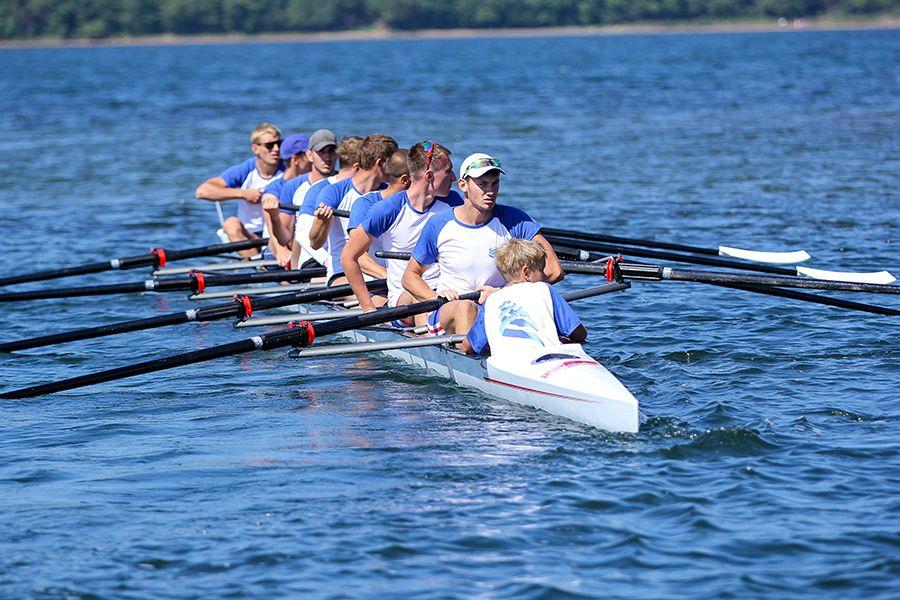 Гоночная лодка для соревнований по академической гребле