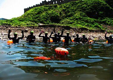 Группа смельчаков проплыла от острова Скрыплева до Приморского океанариума