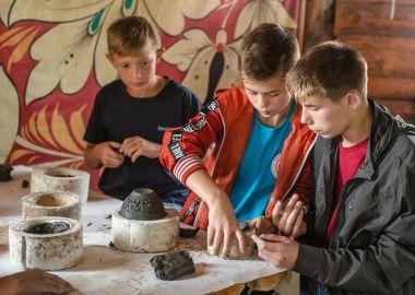 Юные футболисты готовятся к поездке в Лондон и находят время для занятий творчеством