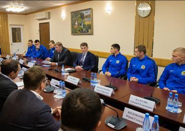 Олег Кожемяко встретился с футболистами, руководством и болельщиками