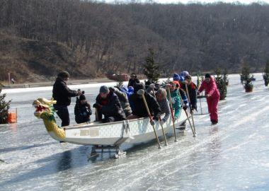 Первые официальные ледовые гонки на лодках «Дракон» прошли во Владивостоке
