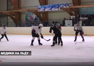 Студенты и профессора медицинского университета сразились в хоккейном турнире за кубок ректора