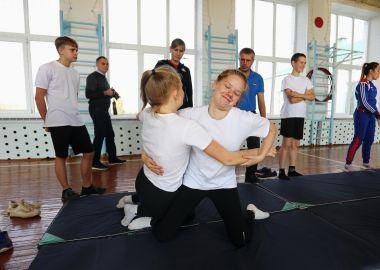 Именитые самбистки провели открытые уроки ГТО в школах Приморья