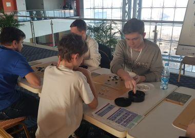 Участники форума молодежных общественных объединений Приморья увлеклись игрой Го